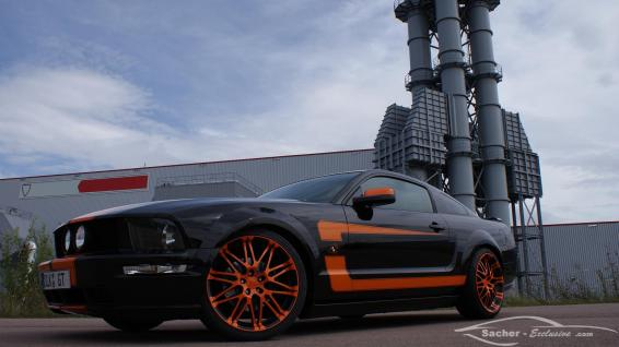 Ford Mustang Coupe Schwarz Electric Orange